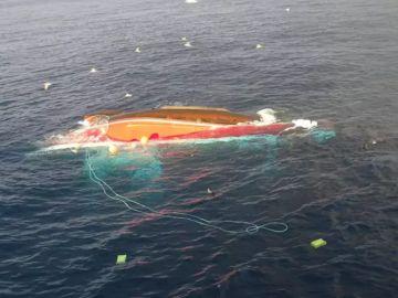 Salvamento Marítimo busca a un marinero después de que volcase el barco en el que faenaba cerca de Santander