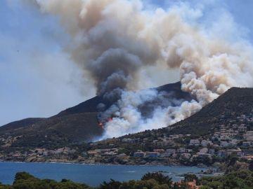 Un incendio forestal en Girona obliga a desalojar tres urbanizaciones