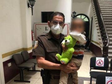 Encuentran a un niño migrante de 2 años solo y con el torso desnudo en una carretera de México
