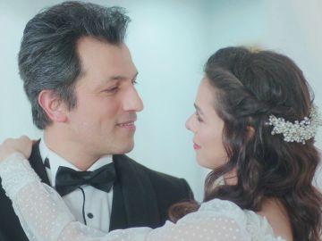 """El final feliz de Bahar y Ceyda en una emocionante doble boda: """"Gracias, Arif"""""""