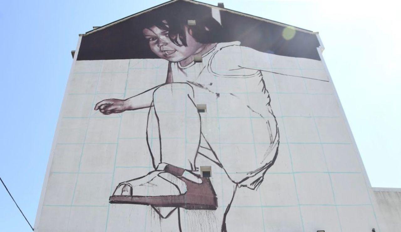 El ayuntamiento de Cambre llena de arte sus fachadas dañadas en el Cromático Mural Fest