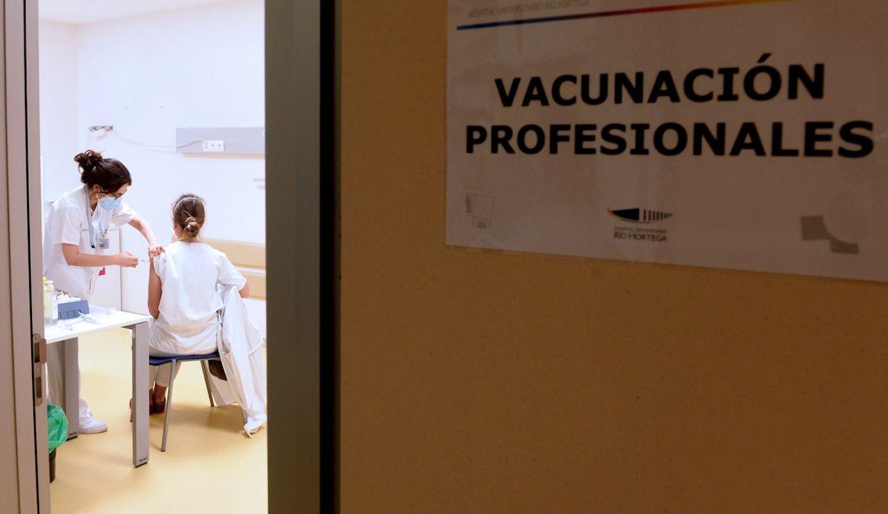 Sanitarios del Hospital Pío del Rio Hortega de Valladolid, se vacunan