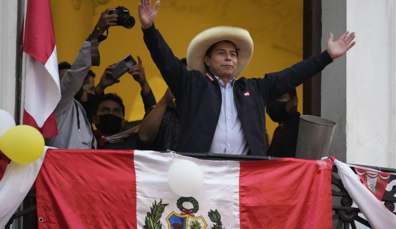 """Pedro Castillo asume la presidencia de Perú """"por un país sin corrupción y por una nueva Constitución"""""""