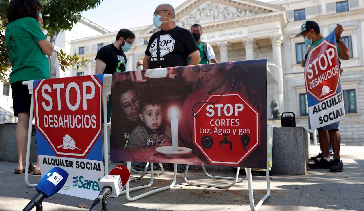 Activistas de la Plataforma de Afectados por la Hipoteca (PAH) durante una protesta la semana pasada en las puertas del Congreso de los Diputados