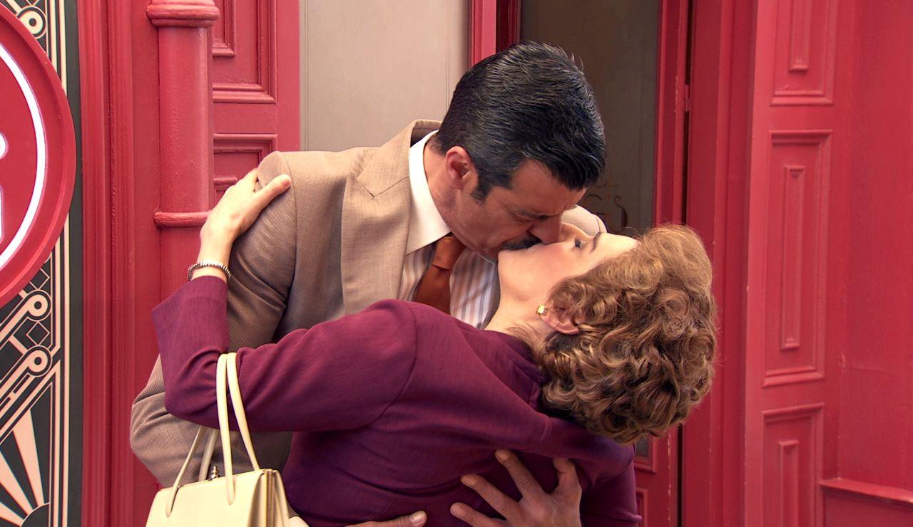 Lorenzo Bravo besa a Benigna… ¿con oscuras intenciones?