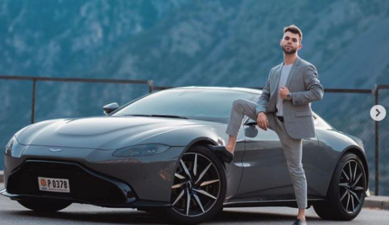 El youtuber español 'Salva' presume en redes de haberse comprado un Aston Martin y lo estrella poco después