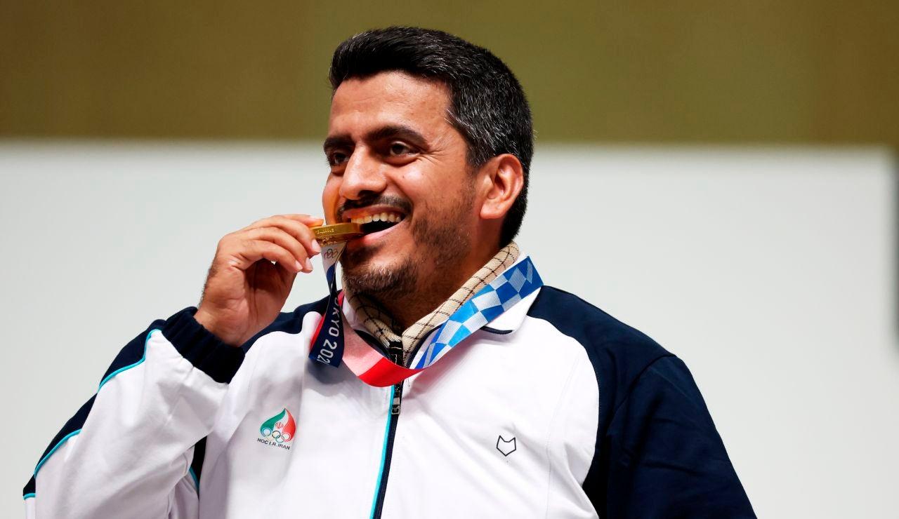 Javad Foroughi muerde la medalla de oro lograda en Tokio 2020