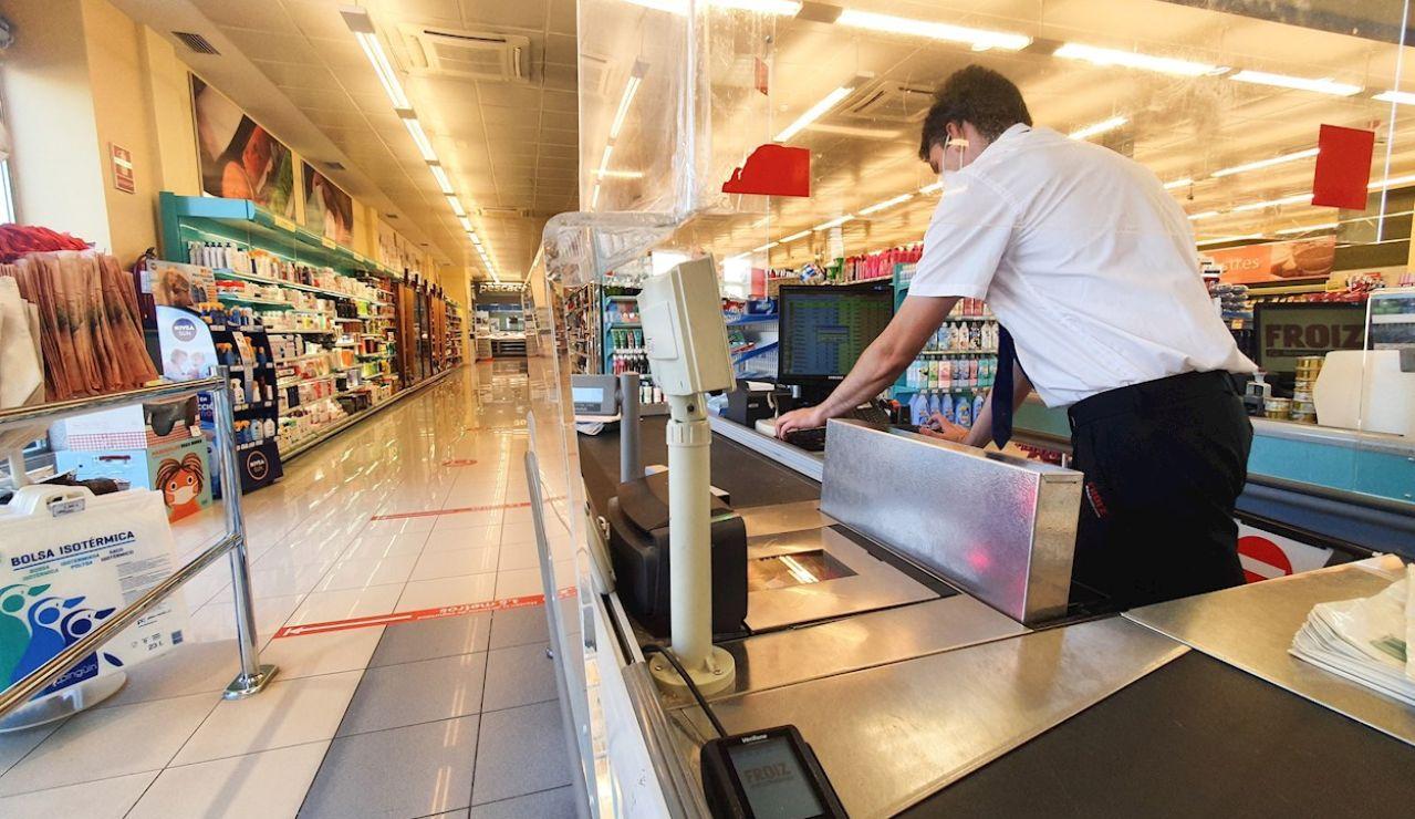 Un cajero trabaja en un supermercado de Valladolid