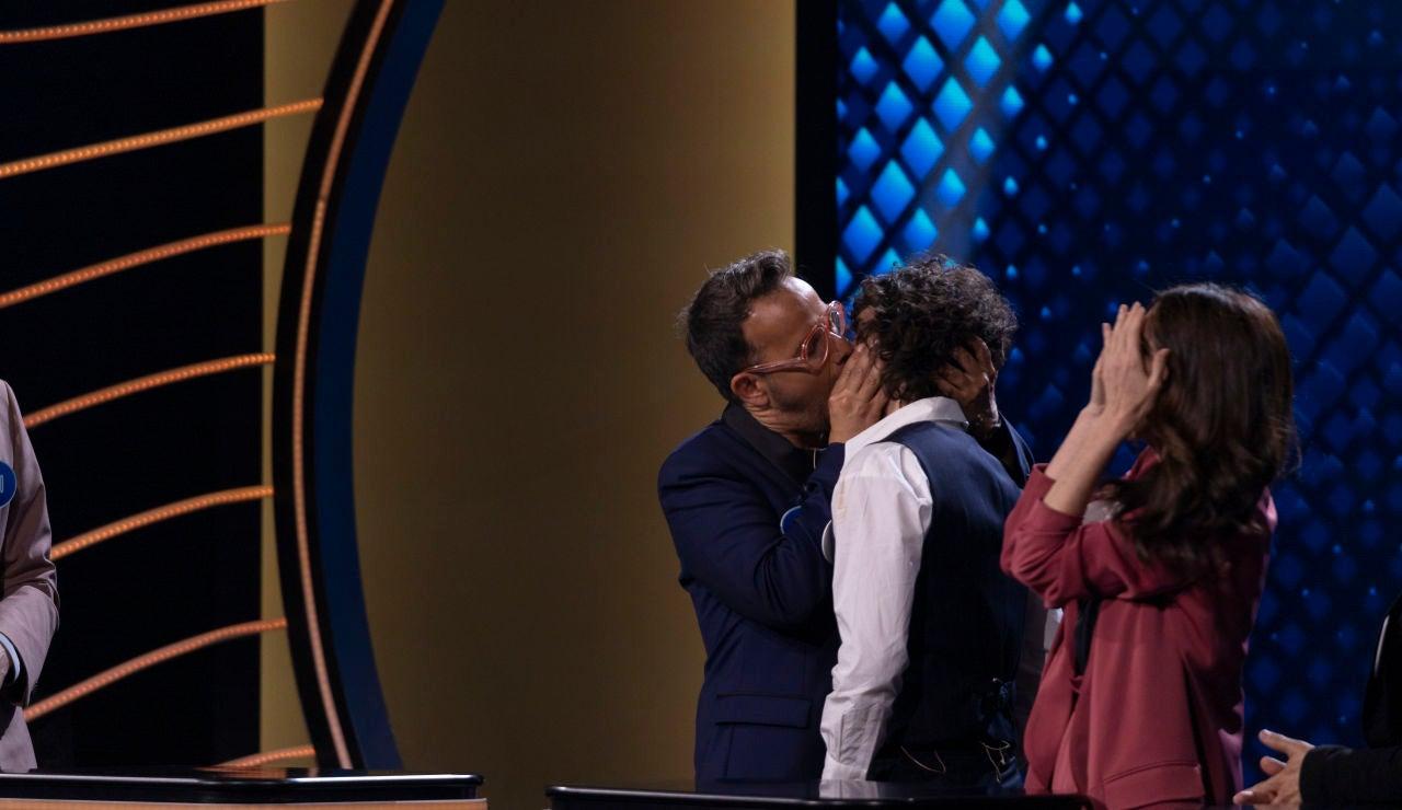 El beso entre Àngel Llàcer y Javier Ambrossi sacude el plató de 'Family Feud'