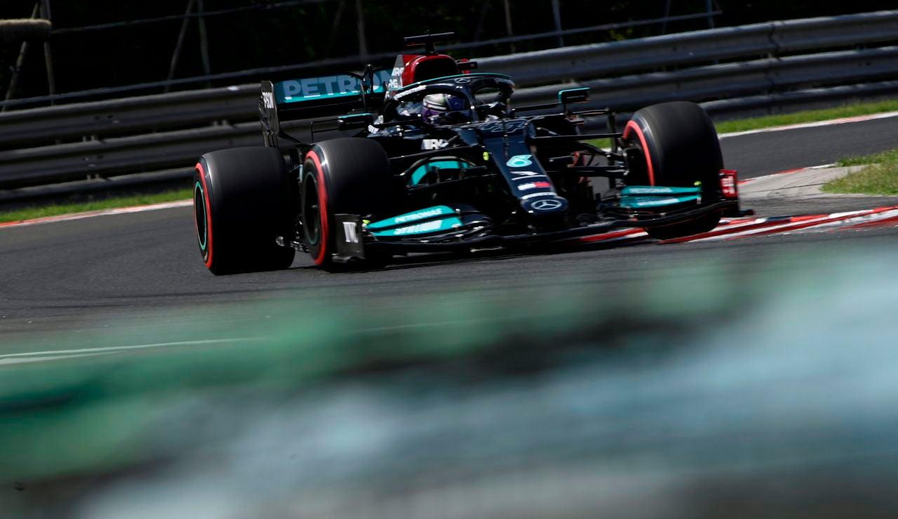 Pole de Hamilton en Hungría con Verstappen 3º, Alonso saldrá 9º y Sainz 15º tras un accidente en Q2