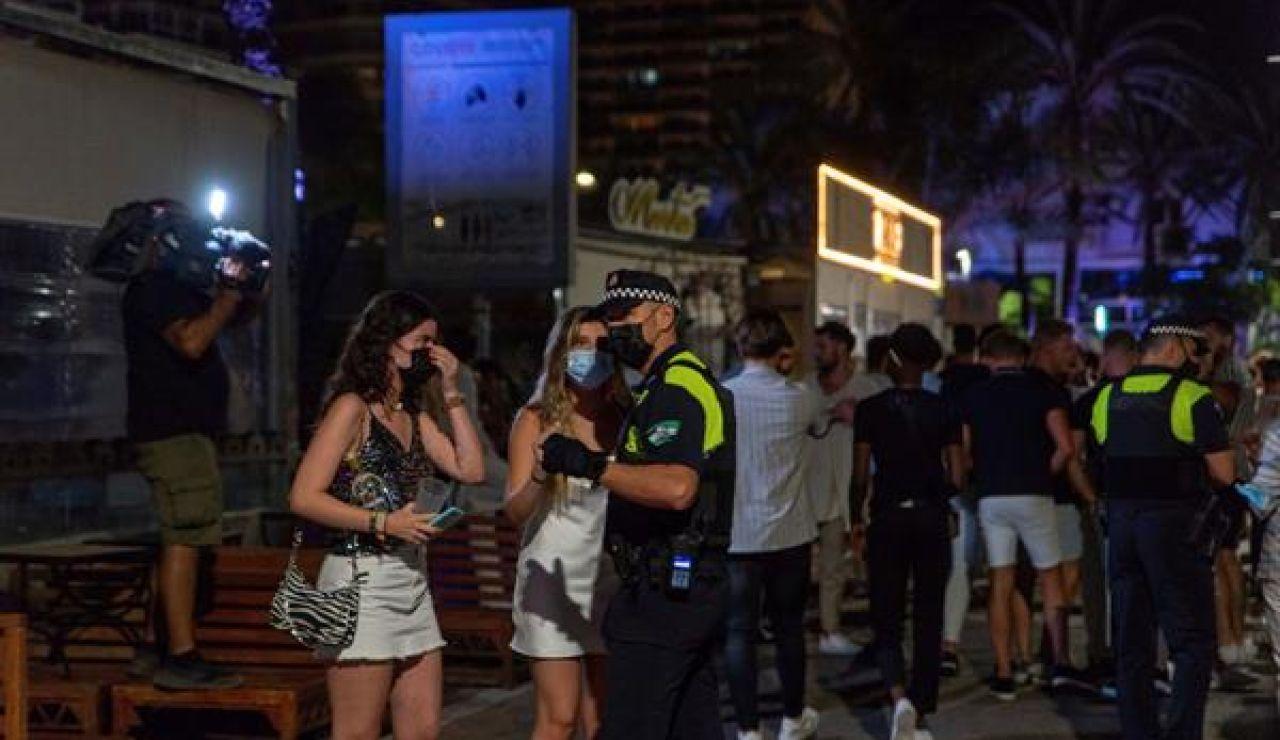 Desalojan el puerto deportivo de Marbella en la primera noche de toque de queda de la ciudad