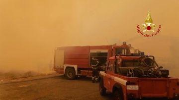 Equipos de emergencias trabajan en Sicilia para apagar el fuego.