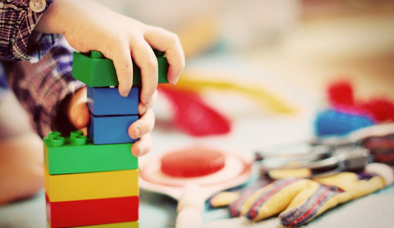 Un niño de 4 años llama a Emergencias porque quiere enseñar sus juguetes y los agentes acuden