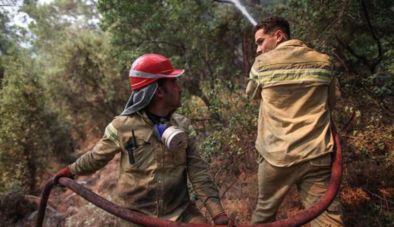 La muerte de dos bomberos en el interior de su camión eleva a 6 el número de fallecidos en los incendios en Turquía