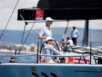 Felipe VI navega en el 'Aifos 500' en Mallorca ara preparar la Copa del Rey de vela