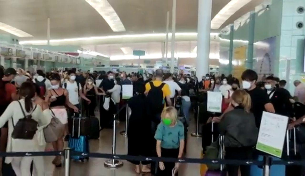 Largas colas en el aeropuerto de El Prat en la operación salida del mes de agosto