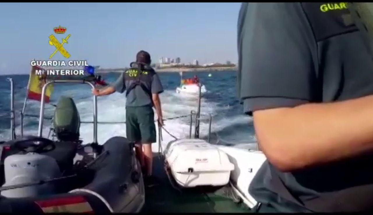 La Guardia Civil rescata una embarcación en Badalona con tres personas a bordo