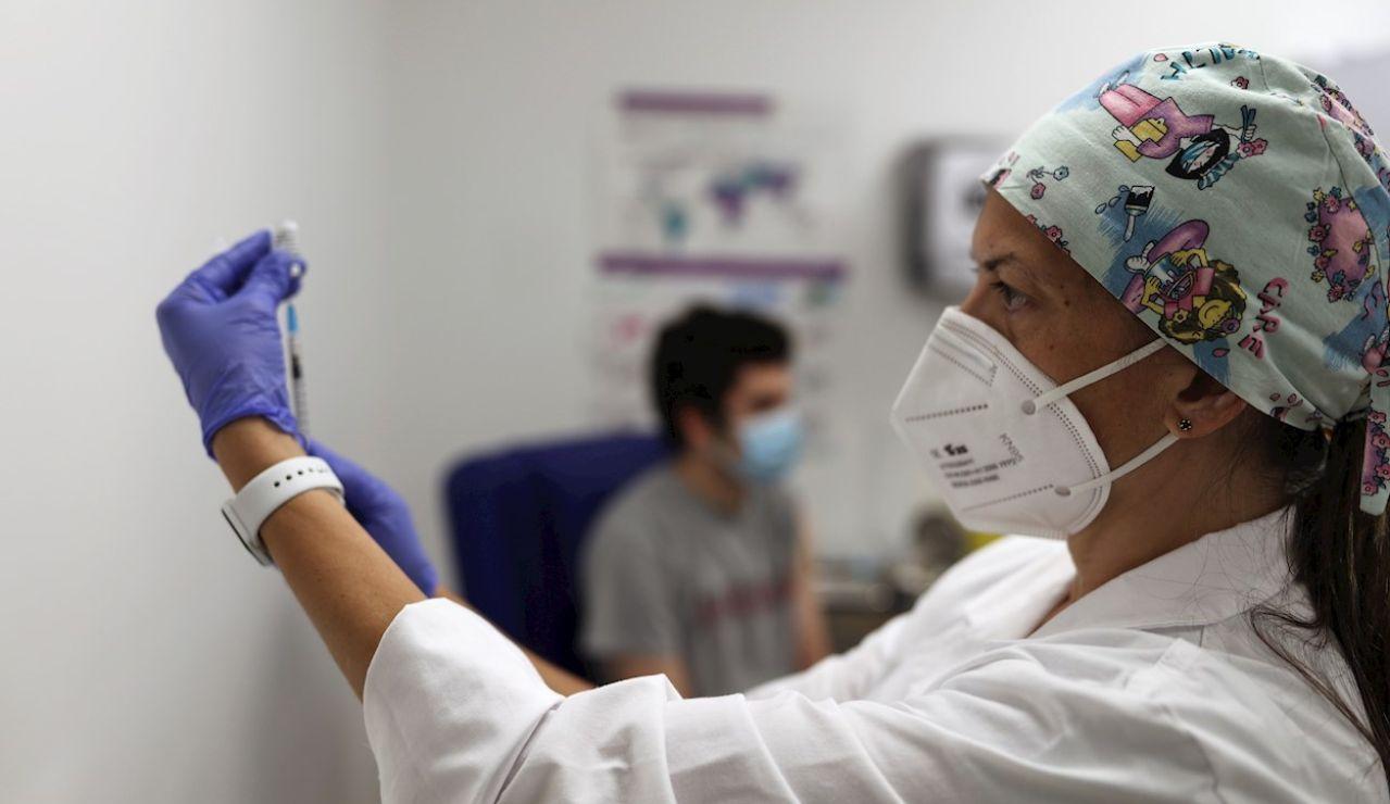 Personal sanitario prepara la vacuna contra la covid-19.