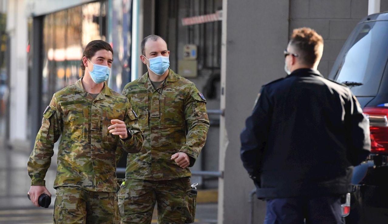Dos soldados del ejército australiano encargados de controlar los confinamiento de los positivos por Covid en Sídney