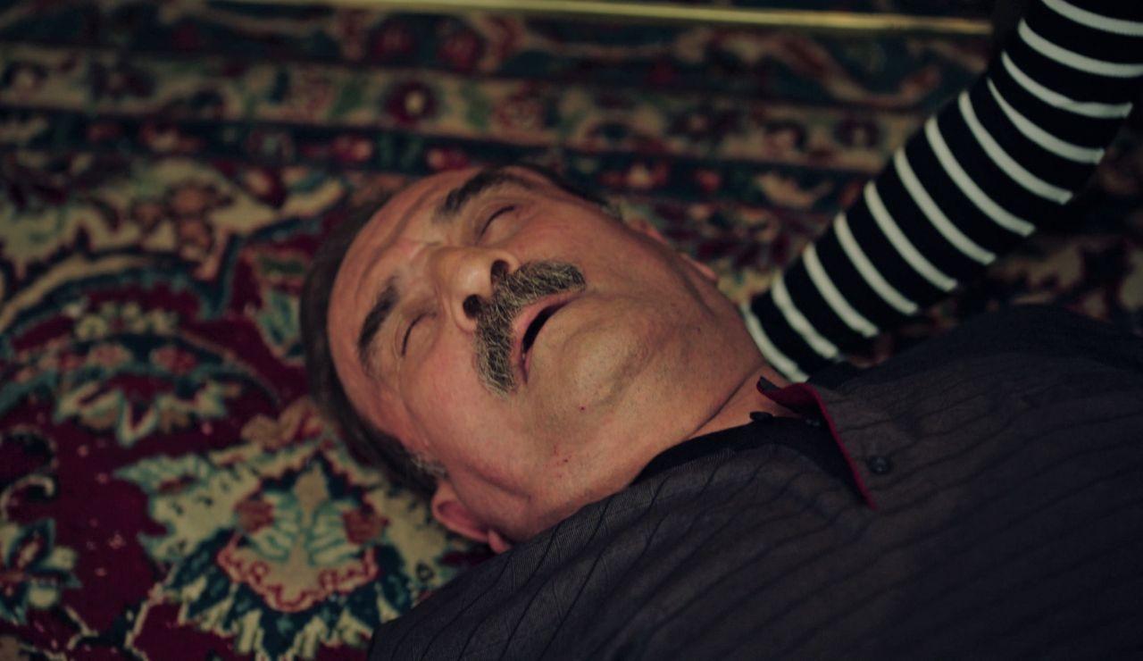 """Hikmet sufre un infarto tras las acusaciones de Safiye: """"Solo tú tienes la culpa de que yo sea así"""""""