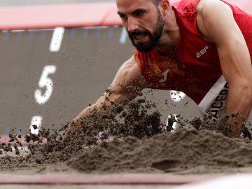 Eusebio Cáceres se queda a tres centrímetros del bronce en salto de longitud