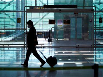 Un viajero a su llegada al aeropuerto de El Prat de Barcelon