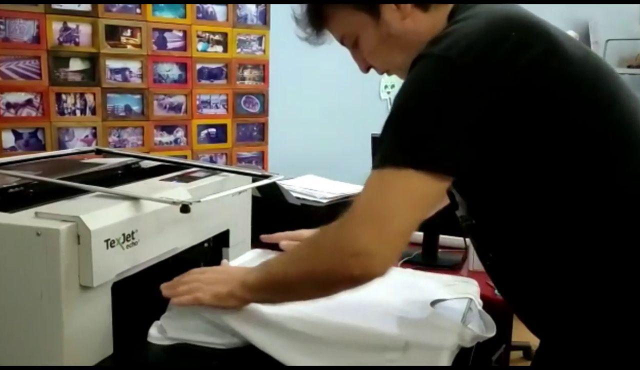 La idea de un ourensano para ir de bares: camisetas con el certificado Covid impreso