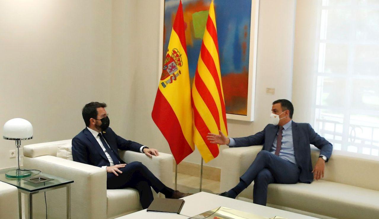El presidente del Gobierno, Pedro Sánchez (d), conversa con el presidente de la Generalitat, Pere Aragonès, durante un encuentro en el Palacio de la Moncloa.