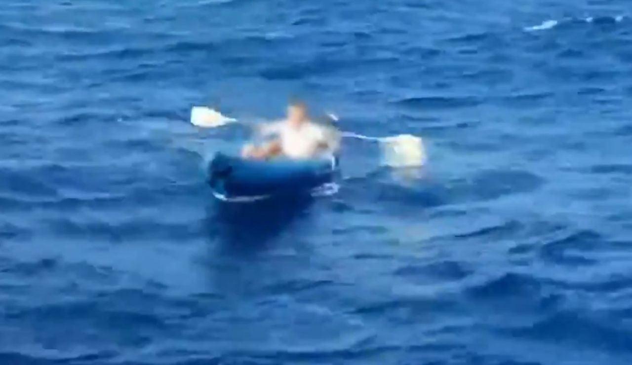 Hombre rescatado por la Guardia Civil a bordo de un kayak