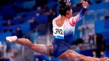 Simone Biles en la competición de la barra de equilibrio de los Juegos Olímpicos de Tokio 2020