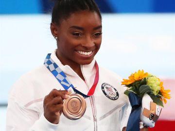 Simone Biles regresa a la competición y logra el bronce
