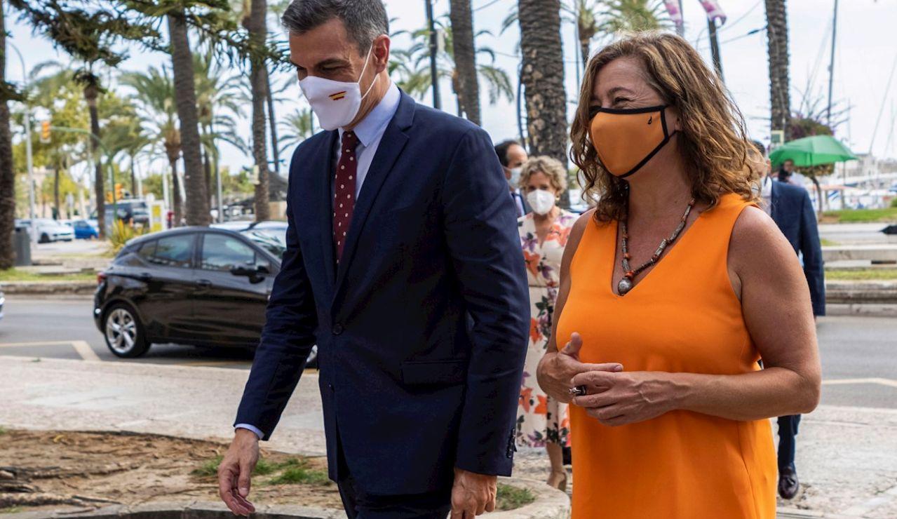 El presidente del Gobierno, Pedro Sánchez (i), durante su reunión de este martes con la presidenta de Baleares, Francina Armengol (d), en el Consolat del Mar de Palma de Mallorca