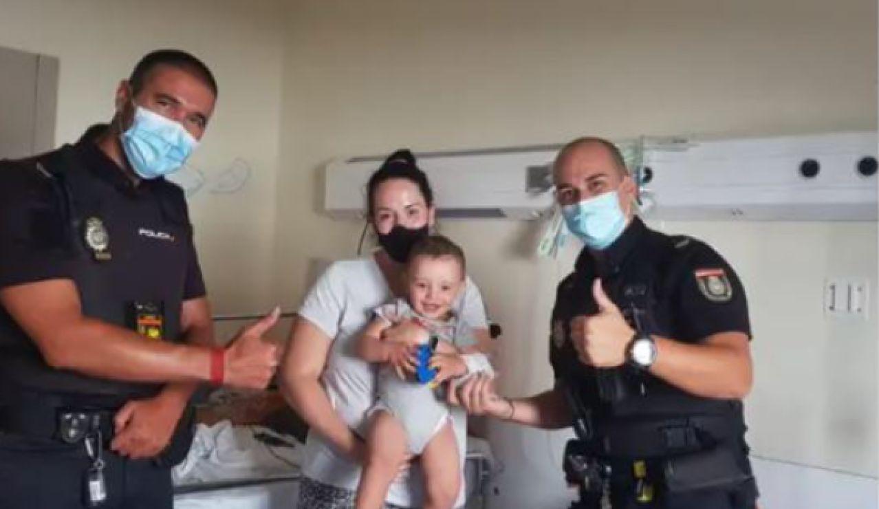 Dos agentes salvan la vida a un bebé en Alcobendas tras sufrir un paro cardíaco