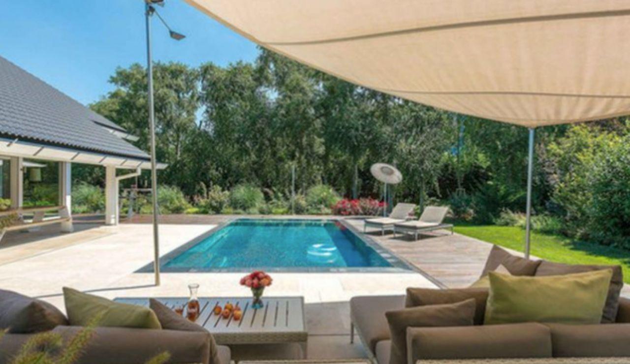 La mansión prefabricada que Antonio Banderas vende en Reino Unido por 3,5 millones de euros