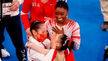 Las chinas Chenchen Guan (d-oro) y Xijing Tang (i-plata) y la estadounidense Simone Biles (c-bronce) celebran tras la final de viga de equilibrio femenina de Gimnasia Artística durante los Juegos Olímpicos 2020