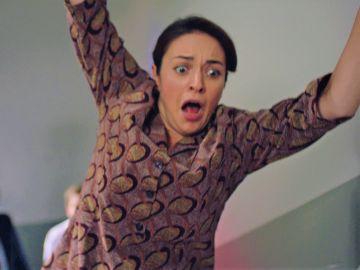 """Safiye cae por las escaleras al encararse ante Memduh: """"Fuera de aquí"""""""