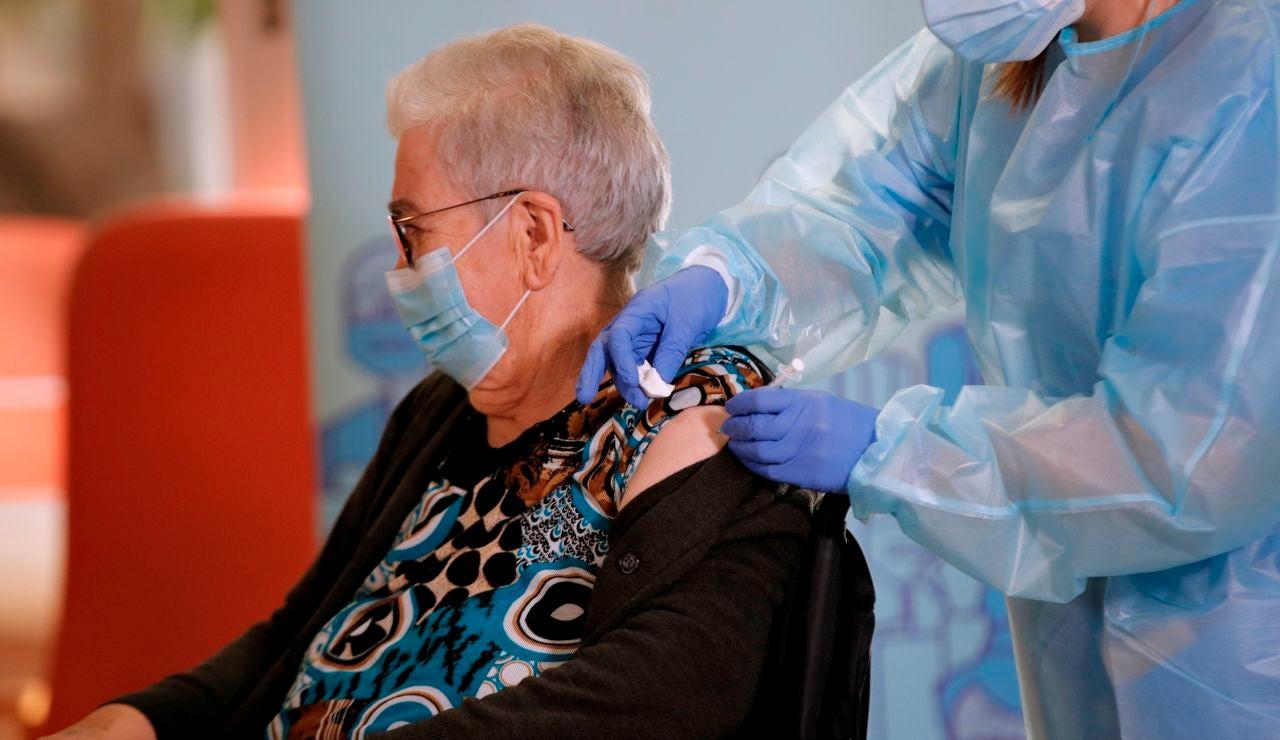 Los mayores de 65 años necesitan una tercera dosis de la vacuna covid ya si no han pasado el coronavirus