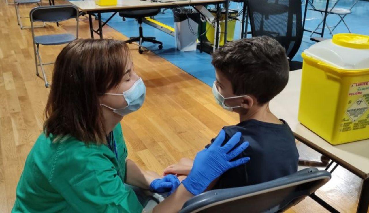 La emotiva imagen viral de una enfermera vacunando a su hijo contra el coronavirus en Tenerife