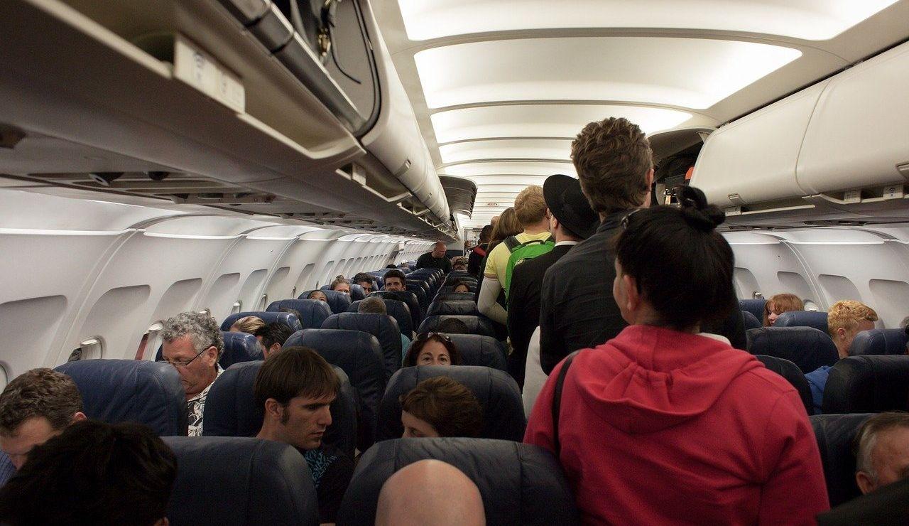 La tripulación de un avión se ve obligada a atar a un pasajero a su asiento con cinta adhesiva