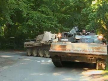 Hombre guarda garaje tanque alemán