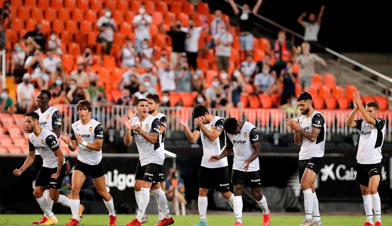 Los jugadores del Valencia CF celebran su victoria, en los penaltis, ante el AC Milan en la 49ª edición del Trofeo Naranj disputado esta noche en el estadio de Mestalla.