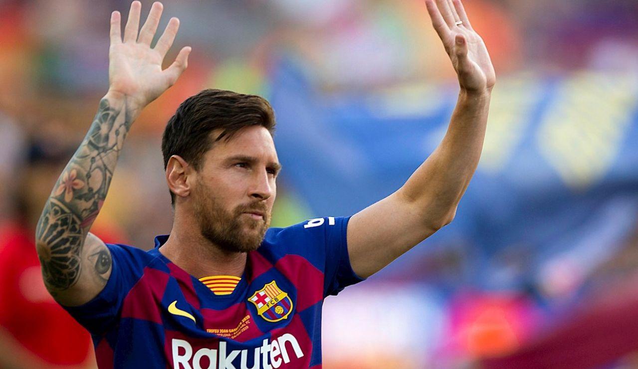 El capitán y delantero argentino del FC Barcelona, Leo Messi, saluda a la afición momentos antes del partido de Trofeo Joan Gamper de 2019 ante al Arsenal en el Camp Nou, en Barcelona.