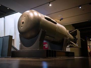 """Efemérides hoy 6 de agosto: Una de las cinco carcasas originales hechas para la bomba atómica """"Little Boy"""" se ve en exhibición, luego de la primera proyección de una instalación de video encargada """"I Saw The World End"""", en el Imperial War Museum el 6 de agosto de 2020 en Londres, Inglaterra."""