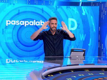 Rafa Méndez enseña un pase de baile a Roberto Leal en homenaje a 'Pasapalabra'