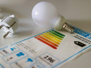 El precio de la luz vuelve a rozar máximos históricos este viernes y marca 117,14 euros el MWh