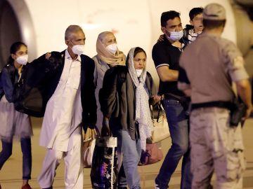 Varios ciudadanos afganos llegados este domingo a la base aérea de Torrejón.