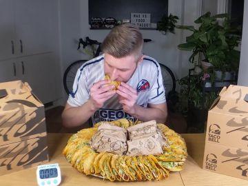 Un hombre consigue comer 50 tacos en una hora