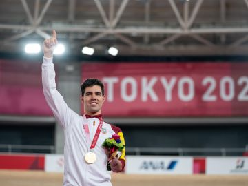 Alfonso Cabello con su medalla de oro en los Juegos Paralímpicos de Tokio 2020