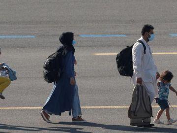 La foto viral y esperanzadora de una niña afgana que ha conseguido huir de Kabul junto a su familia
