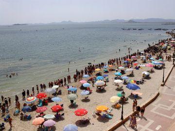 Miles de personas forman una cadena humana para protestar por el deterioro del Mar Menor